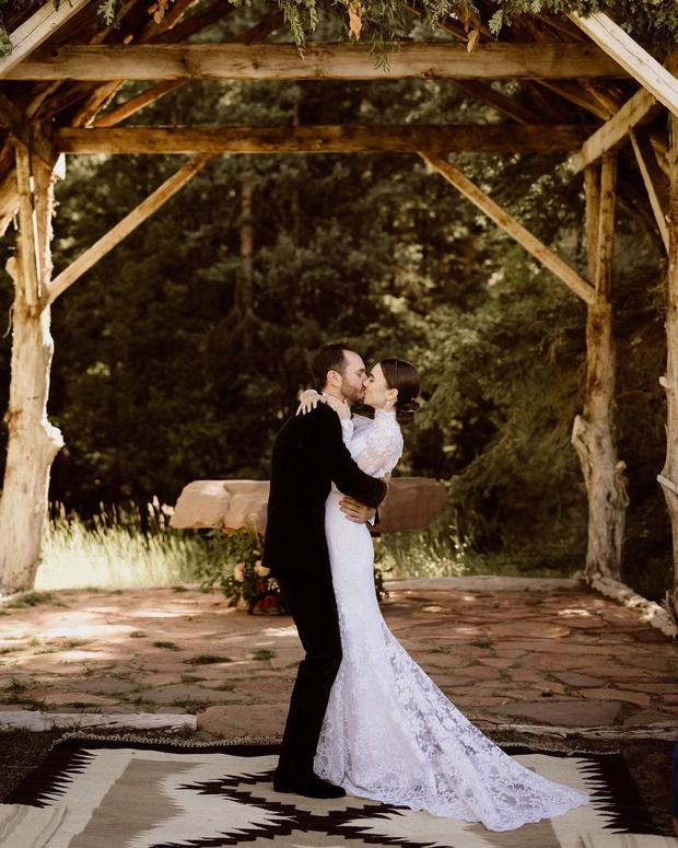 Lily Collins đẹp nao lòng trong ngày cưới, choàng khăn đầu làm fan nhớ đến Bạch Tuyết năm xưa, danh tính của 1 người trong ekip làm đẹp gây bất ngờ - Ảnh 2.